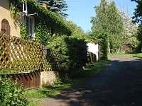 pohled ulicí k lesu - chalupa ubytování Velká Černoc