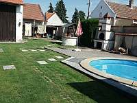 dvorek s bazénem - chalupa k pronajmutí Čelákovice