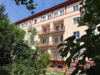 Pohled na dům z jihu - apartmán k pronájmu Praha 6