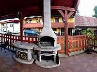 Venkovní terasa s grilem a posezením - chalupa ubytování Ctiněves