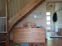pohled na schodiště se zábranami