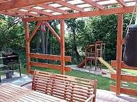 terasa a výhled na dětské hřiště
