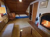 Ložnice s obývacím pokojem podkroví - chata ubytování Březová-Oleško