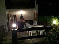Terasa v noci - chata k pronájmu Březová-Oleško