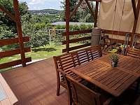 Vedeni- krytá terasa s výhledem, rozkládacím stolem a dětskou houpačkou - chata k pronájmu Lštění