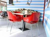 interiér restaurace v kempu