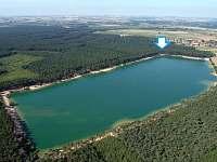 Chata je v lese kousíček od krásného jezera