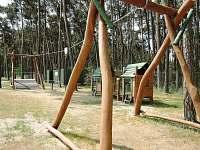 Jedno z dětských hřišť u jezera - Lhota