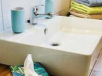 Nově vybudovaná koupelna s ručníky pro hosty - chata k pronajmutí Lhota