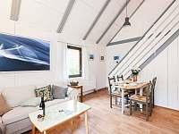 Obývací pokoj s posezením u krbu - chata k pronajmutí Lhota