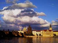 Praha je vzdálená půlhodiny jízdy autem