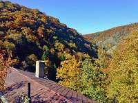 Chata a výhled do údolí