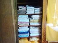 Ručníky a povlečení k dispozici - pronájem chaty Zadní Třebaň