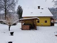 Pohled ze zahrady na haluchu a pergolu - chalupa ubytování Klášterec nad Orlicí