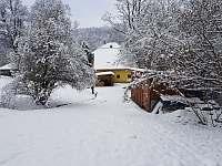 Pohled ze zahrady směrem k chalupě - k pronájmu Klášterec nad Orlicí
