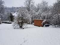 Pohled ze zahrady směrem k chalupě - ubytování Klášterec nad Orlicí