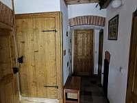 Vchod do společenské místnosti, kuchyně, koupelny a prvního patra
