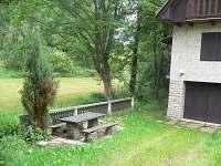 chata na samotě venkovní posezení