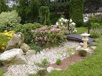 okrasná zahrada kolem domu