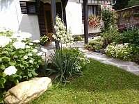 zahrada před apartmánem č.2