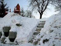 Zahrada v zimě - chalupa k pronajmutí Žamberk