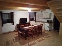 Obývák s kuchyňkou - pronájem chalupy Dolní Morava