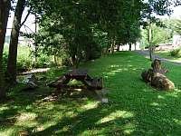 sezení přímo u potoka pod chalupou
