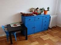 Dětský stoleček na hraní - apartmán k pronajmutí Deštné v Orlických horách
