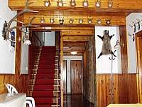 Vstupní chodba, toalety v přízemí, schody do mezipatŕe a pokojů - chata ubytování Zdobnice v Orlických horách