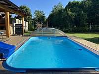 Bazén 5x3 metrů + skluzavka - chalupa k pronájmu Červená Voda