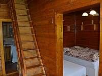 schodiště z jídelny do podkroví