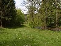 trávník před chatou