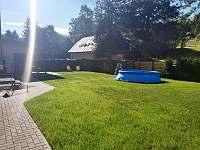 Zahrada s nadzemním bazénem - chalupa k pronajmutí Sedloňov