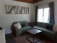 Obývací část s kachovými kamny - chata k pronajmutí Olešnice v Orlických horách