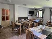 Jídlena s TV a gaučem - chata k pronájmu Deštné v Orlických horách