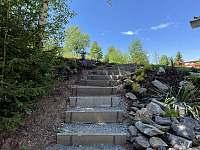 Schody z parkovište před chalupou k terase - Deštné v Orlických horách