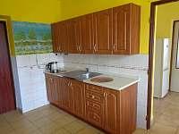 Kuchyň v přízemí - chalupa k pronájmu Heroltice u Štítů