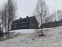Apartmánový dům v zimě od jihozápadu - Říčky v Orlických horách