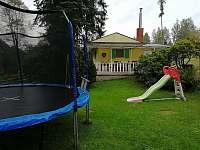 Chata Anička - pohled od trampolíny - k pronájmu Přívrat