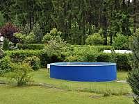Chata Anička - pohled z terasy k bazénu - pronájem Přívrat