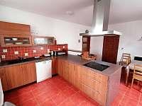 kuchyň v přízemí - chalupa k pronajmutí Solnice