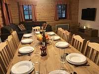 Jídelní stůl s obývacím prostorem - pronájem roubenky Bartošovice v Orlických horách