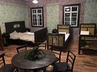 4 malované postele v historickém sále.