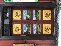 Malované dveře do objektu.