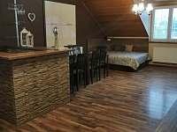 obývák s jídelnou a válendami - chalupa k pronajmutí Verměřovice