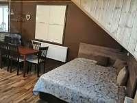 obývák s jídelnou a válendami - chalupa ubytování Verměřovice