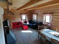 roubená společenská místnost 32 m2 v přízemí - roubenka ubytování Orlické Záhoří
