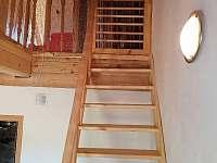 schodiště do podkroví s bezpečností brankou nahoře v podkroví - pronájem roubenky Orlické Záhoří