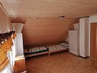 velký pokoj pro 6 - 8 lidí v podkroví - roubenka k pronajmutí Orlické Záhoří