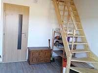vstup do chalupy se schodištěm do podkroví - k pronájmu Orlické Záhoří